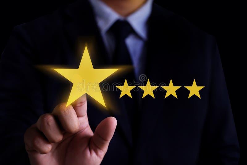 O cliente feliz do homem dá o SE do cliente da experiência da avaliação de cinco estrelas imagens de stock