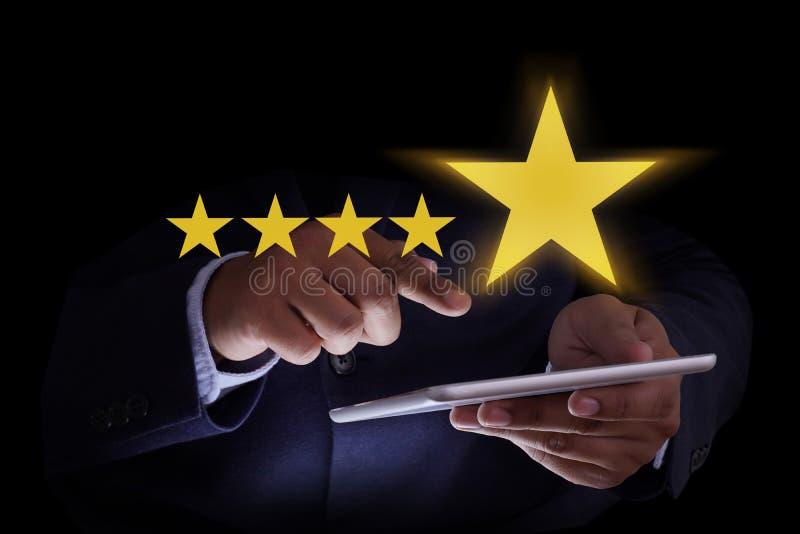 O cliente feliz do homem dá o SE do cliente da experiência da avaliação de cinco estrelas foto de stock