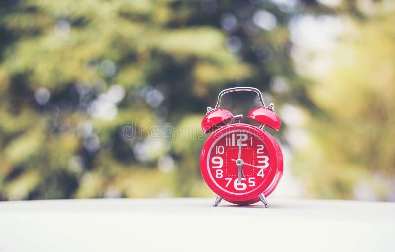 6 o`clock Clock Vintage on Wood Table com Sun Light imagens de stock
