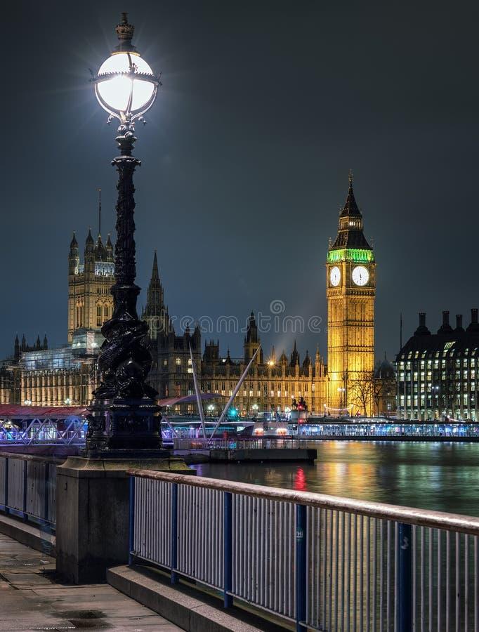 O clocktower icônico na noite, Londres de Big Ben fotos de stock