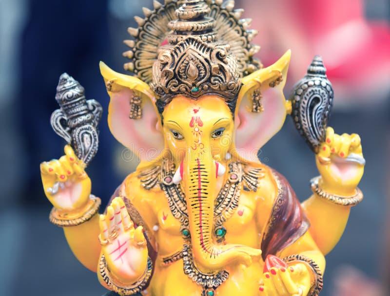O close up amarelo da estátua do deus de Ganesh Elephant Hindu focalizou na cara imagens de stock