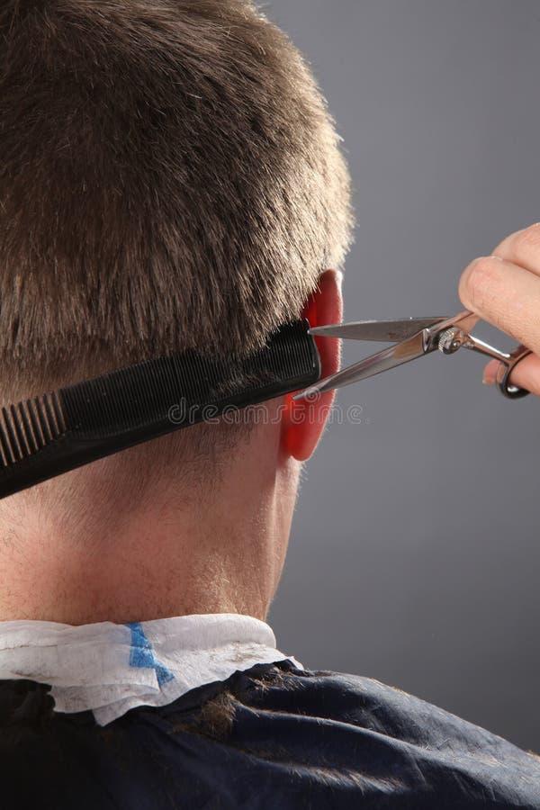 O close-up, o cabeleireiro mestre faz o penteado com tesouras e pente imagens de stock