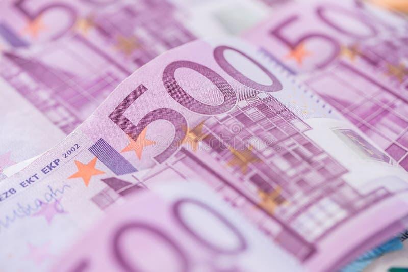 O close-up cinco houndred o euro- dinheiro e a moeda das cédulas imagem de stock
