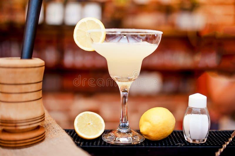 O close up da bebida do cocktail de Margarita serviu o frio na barra e no casino foto de stock