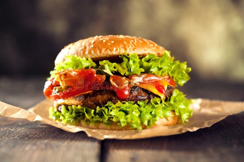 O close-up da casa fez hamburgueres com batatas fritas no close up de madeira velho da tabela imagens de stock