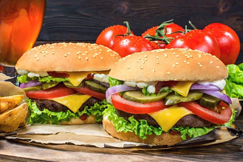 O close-up da casa fez hamburgueres saborosos na tabela de madeira imagem de stock