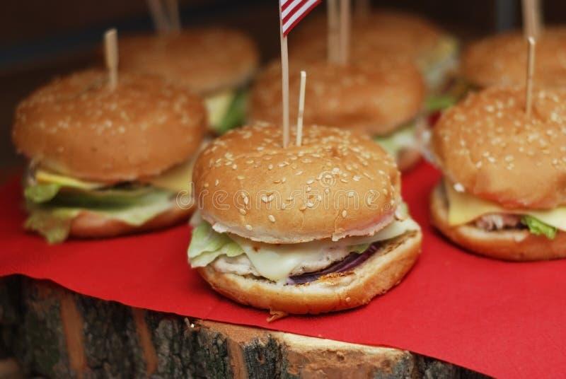 O close-up da casa fez hamburgueres saborosos na tabela de madeira e no guardanapo vermelho fotos de stock royalty free