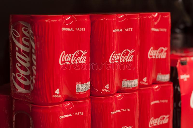O close up da coca-cola pode no supermercado super de U foto de stock