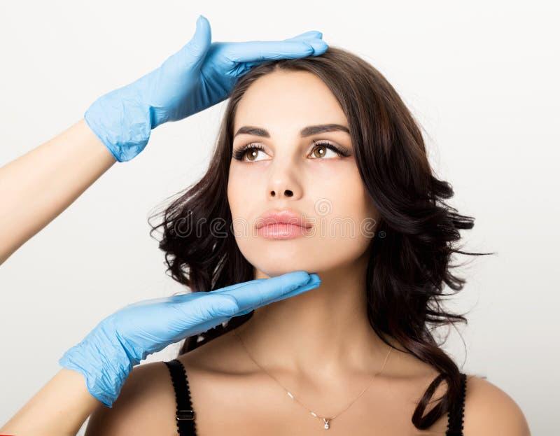 O close up da jovem mulher bonita obtém a injeção na área do olho e dos bordos do esteticista Conceito da cosmetologia imagens de stock
