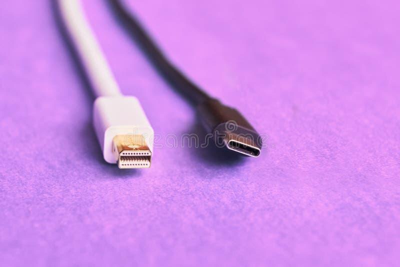 O close up da mini exposição e o usb datilografam cabos de C imagens de stock