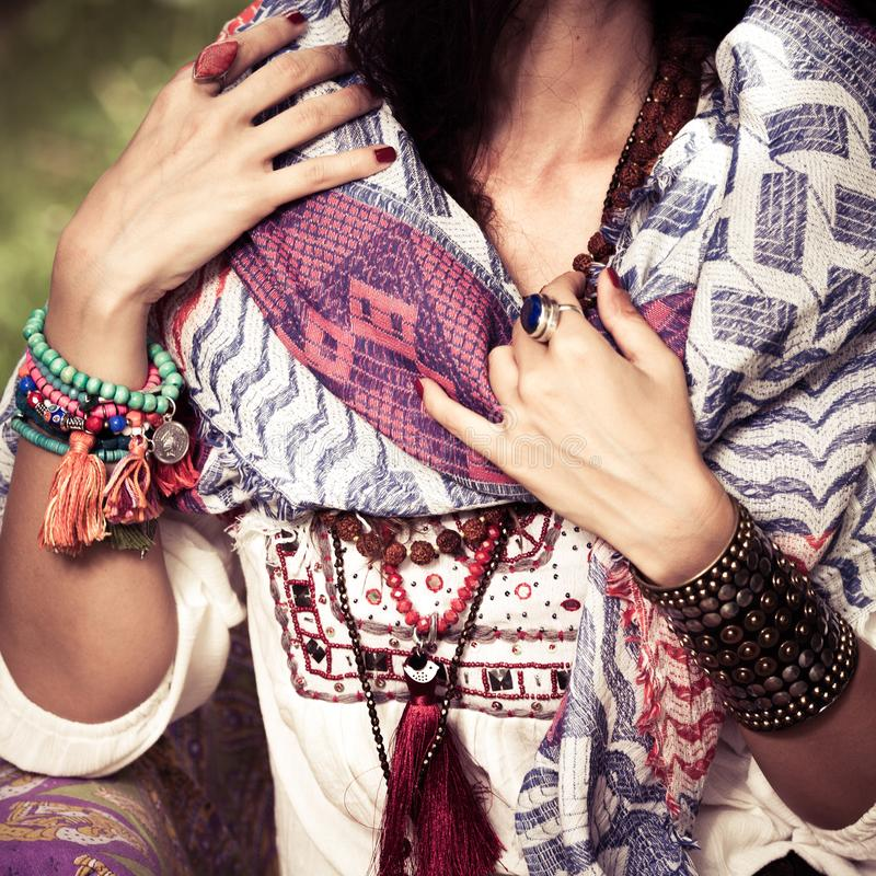 O close up da mulher no estilo do boho veste-se e joia, colar dos braceletes e soa-se o verão exterior fotografia de stock