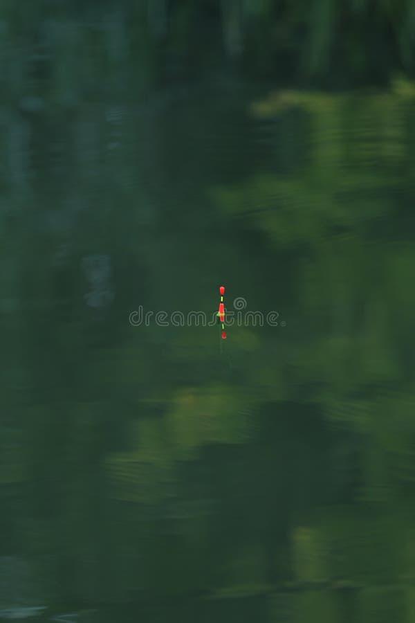 O close-up das artes de pesca na água com reflexão, a textura da água é verde Uma imagem de fundo da superfície da água fotografia de stock royalty free