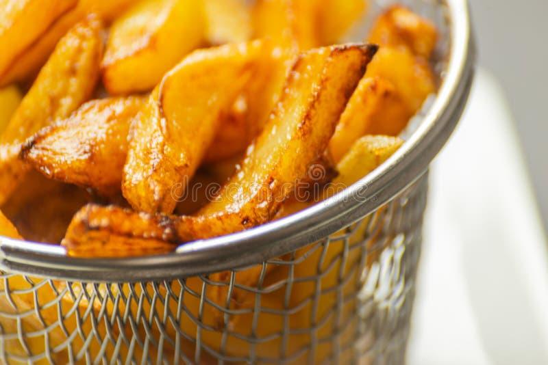 O close up de fritadas douradas preparou-se das batatas frescas, gordurosas mas imagem de stock royalty free