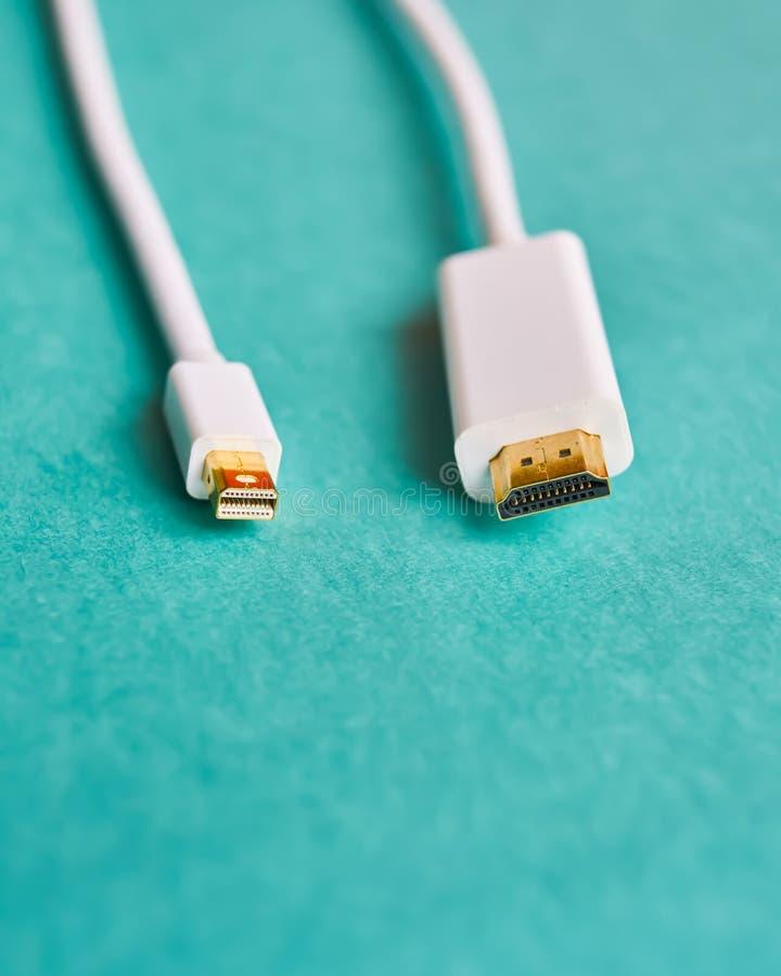 O close up de HDMI e a mini exposição movem cabos imagens de stock royalty free