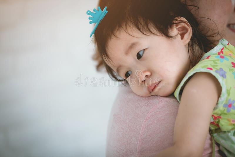 O close-up de um bebê pequeno que grita, mamã acalma-o para baixo imagem de stock royalty free