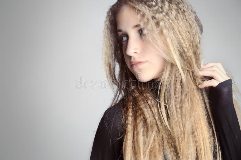 O close-up de uma jovem mulher pensa sobre algo fotos de stock