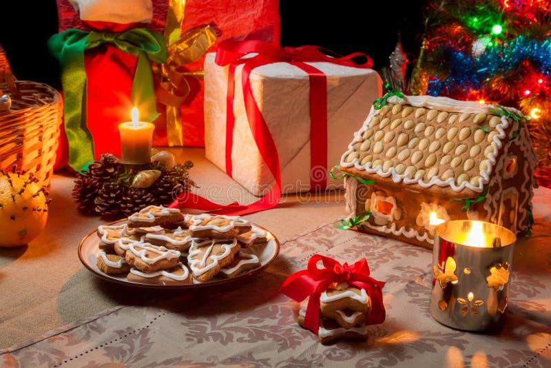 O close up de uma tabela ajustou-se com presentes do Natal imagens de stock royalty free