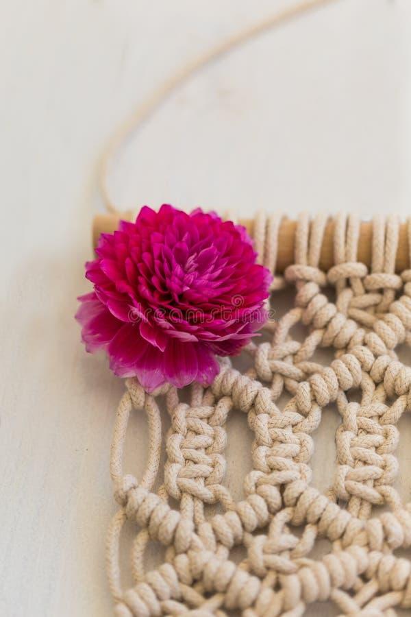 O close up disparou da arte da parede do macramê com dália cor-de-rosa fotografia de stock royalty free