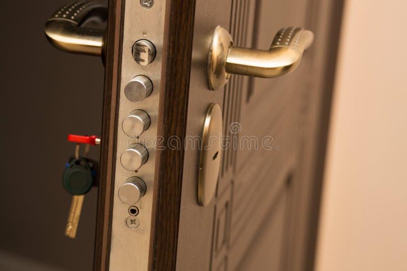 O close up disparou da fechadura da porta moderna com uma chave Espaço vazio foto de stock