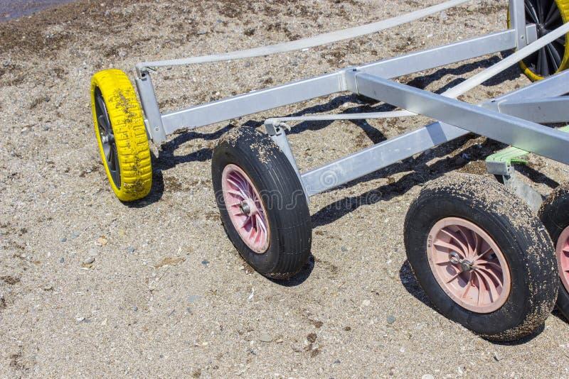 O close-up disparou das rodas pequenas do veleiro do iate na praia em Lesvos, PETRA imagem de stock