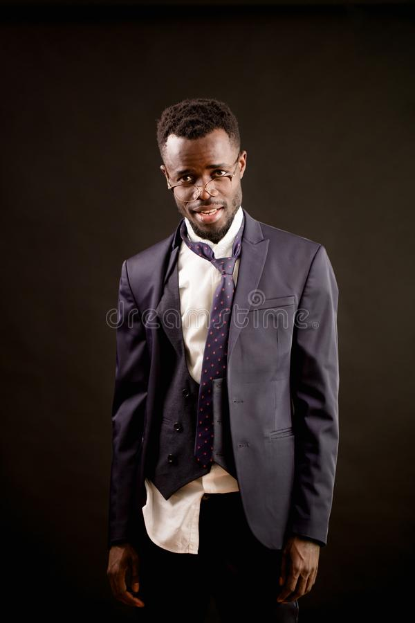 O close up disparou de homem de negócios bêbado do Afro com roupa áspera fotografia de stock royalty free