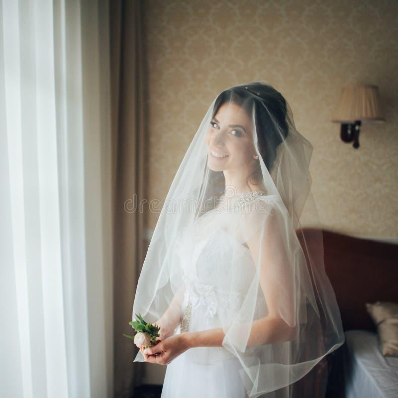 Download O Close Up Disparou De Uma Noiva Elegante, Moreno Em Dres Do Branco Do Vintage Imagem de Stock - Imagem de face, fêmea: 107528495
