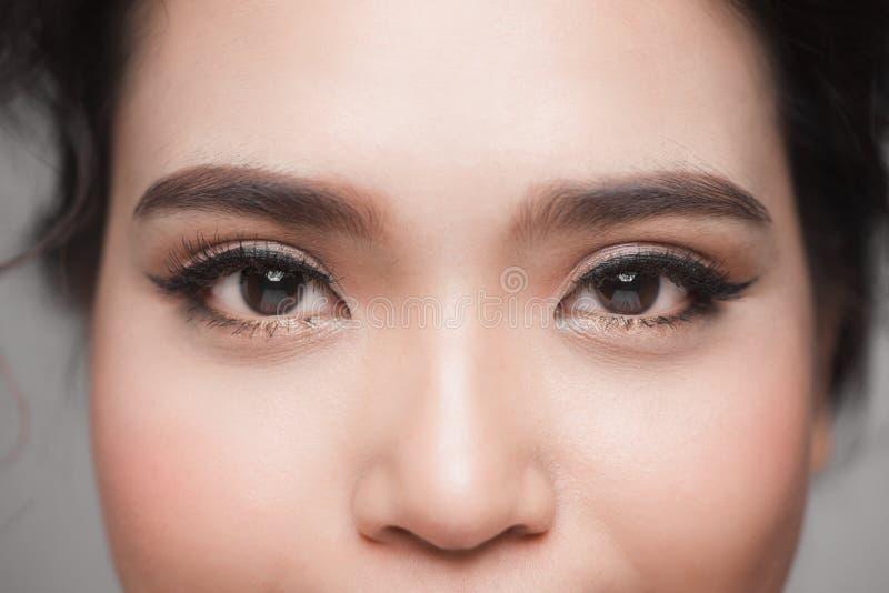 O close up disparou do olho asiático bonito da mulher com pestanas longas fotos de stock