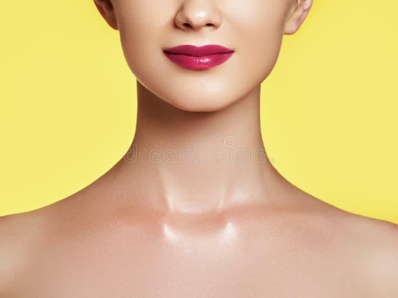 O close-up disparou dos bordos da mulher com batom vermelho Bordos perfeitos bonitos fotos de stock royalty free