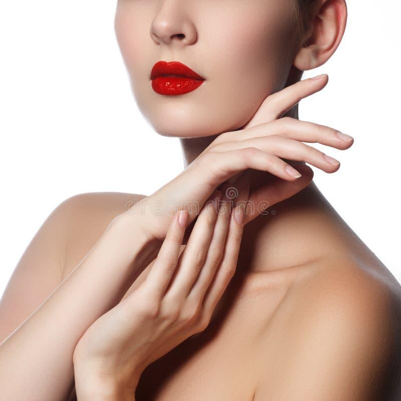 O close-up disparou dos bordos da mulher com batom vermelho lustroso Encanto r fotografia de stock royalty free