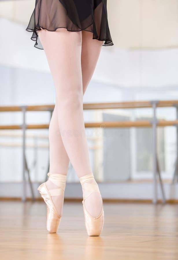 O close-up disparou dos pés da dança da bailarina nos pointes imagens de stock