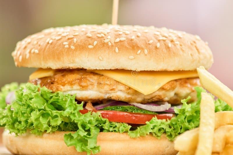 O close up disparou em um hamburguer saboroso fotos de stock