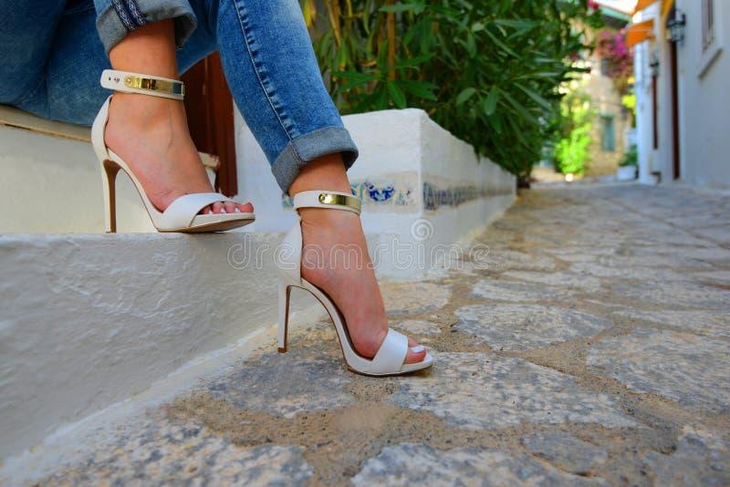 O close up disparou para o ` 'sexy' s do pé da jovem mulher no salto alto no lugar warmful da rua fotografia de stock royalty free