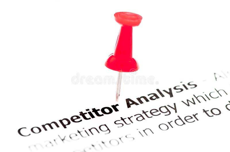 O close up disparou sobre a análise do concorrente das palavras no papel imagem de stock