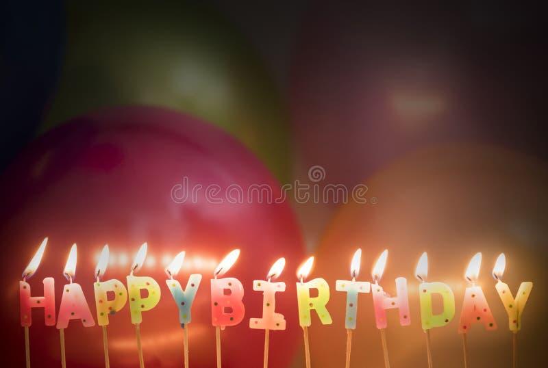 O close up do aniversário iluminado candles desejos do aniversário fotografia de stock royalty free