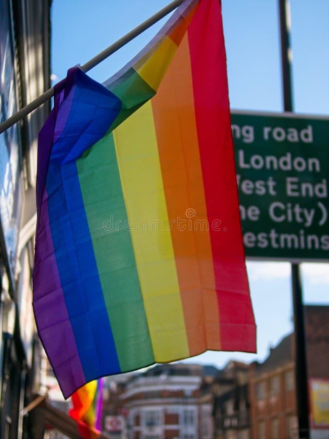 O close up do arco-íris do orgulho alegre listra o voo da bandeira imagem de stock royalty free