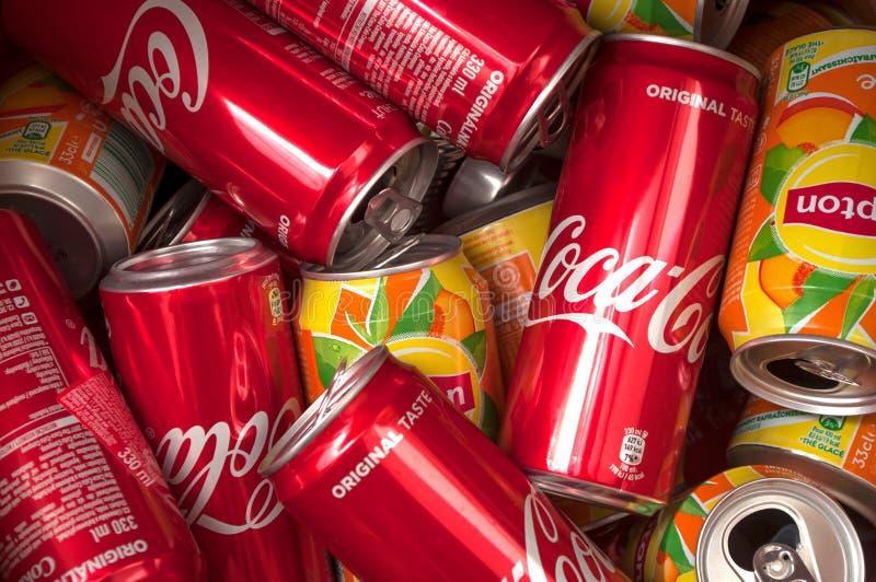 O close up do chá da coca-cola e de gelo do lipton pode reciclando fotos de stock royalty free