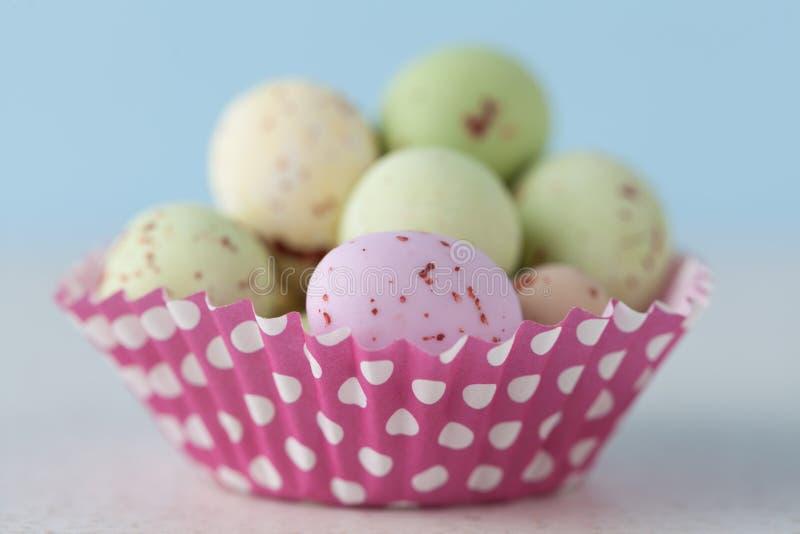 O close up do chocolate salpicou ovos da páscoa no forro do queque imagens de stock royalty free