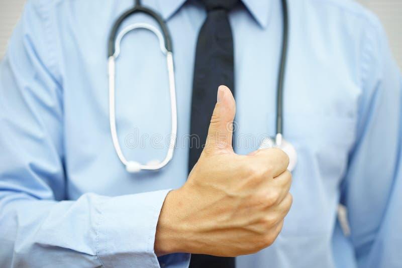 O close up do doutor mostra um gesto aprovado ou positivo do sinal fotos de stock