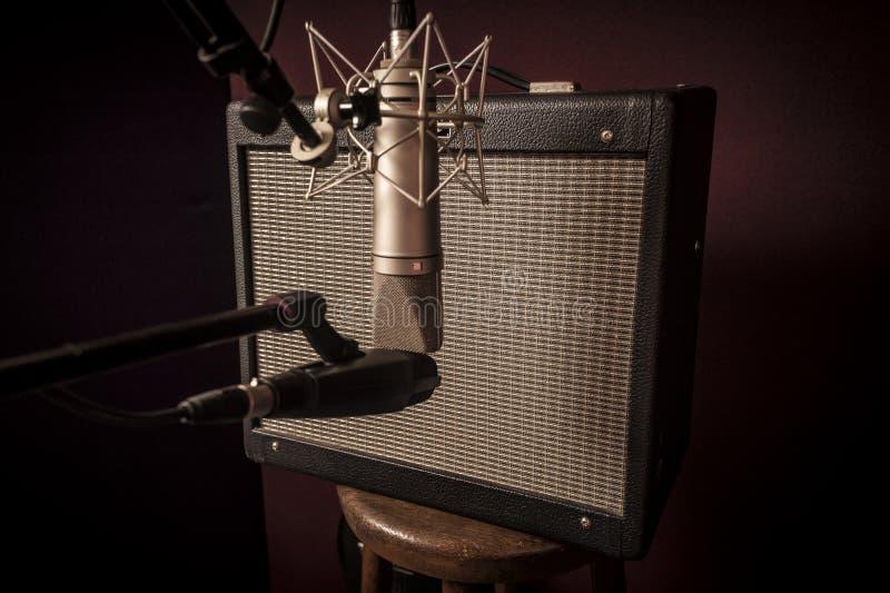 O close up do estúdio de gravação da voz estabelece-se do stu da guitarra elétrica fotografia de stock royalty free