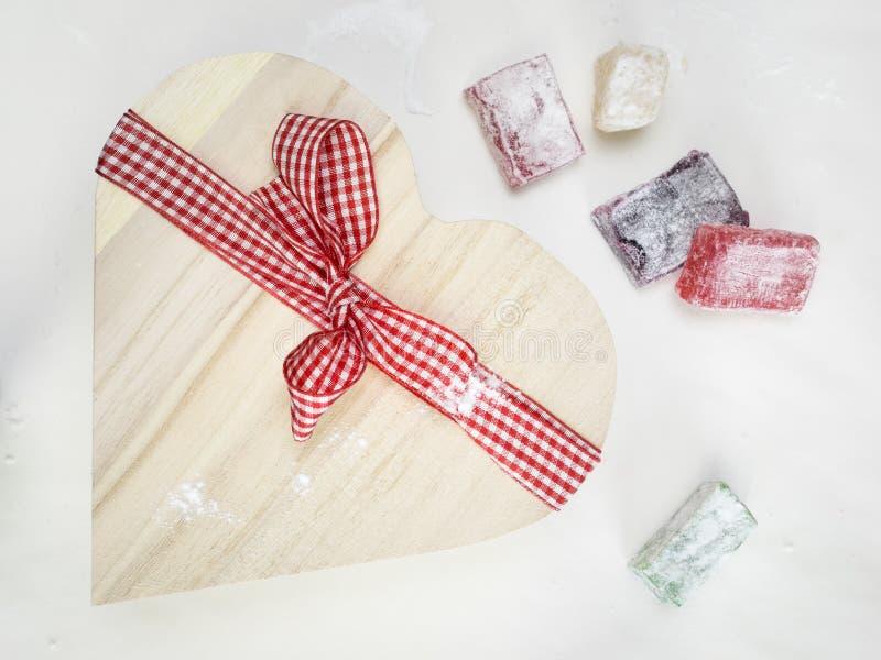 O close up do loukoum com um coração deu forma a wi amarrados caixa de presente foto de stock royalty free