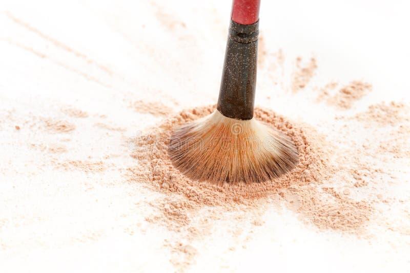 O close-up do mineral esmagado vislumbra a cor dourada do pó com escova da composição foto de stock