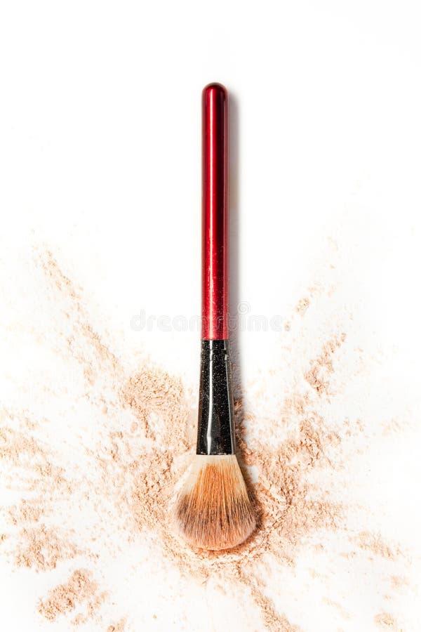 O close-up do mineral esmagado vislumbra a cor dourada do pó com escova da composição imagem de stock royalty free