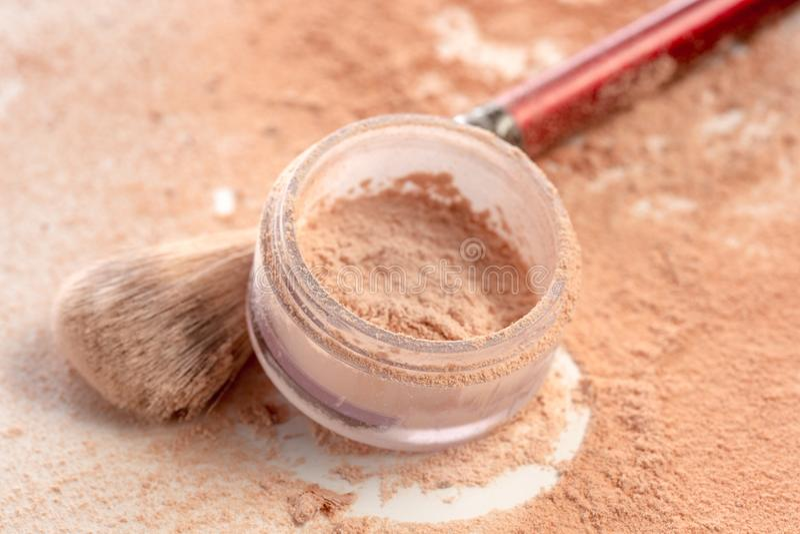 O close-up do mineral esmagado vislumbra a cor dourada do pó com escova da composição fotos de stock royalty free