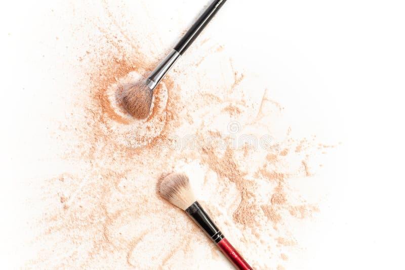 O close-up do mineral esmagado vislumbra a cor dourada do pó com escova da composição foto de stock royalty free