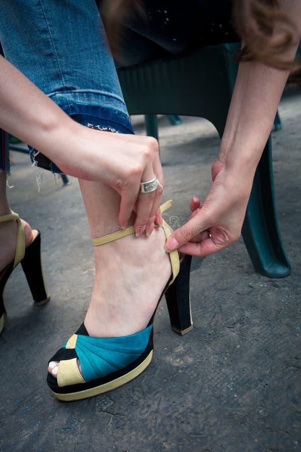 O close up do pé da mulher põe sobre o tiro exterior das sandálias do salto alto fotos de stock