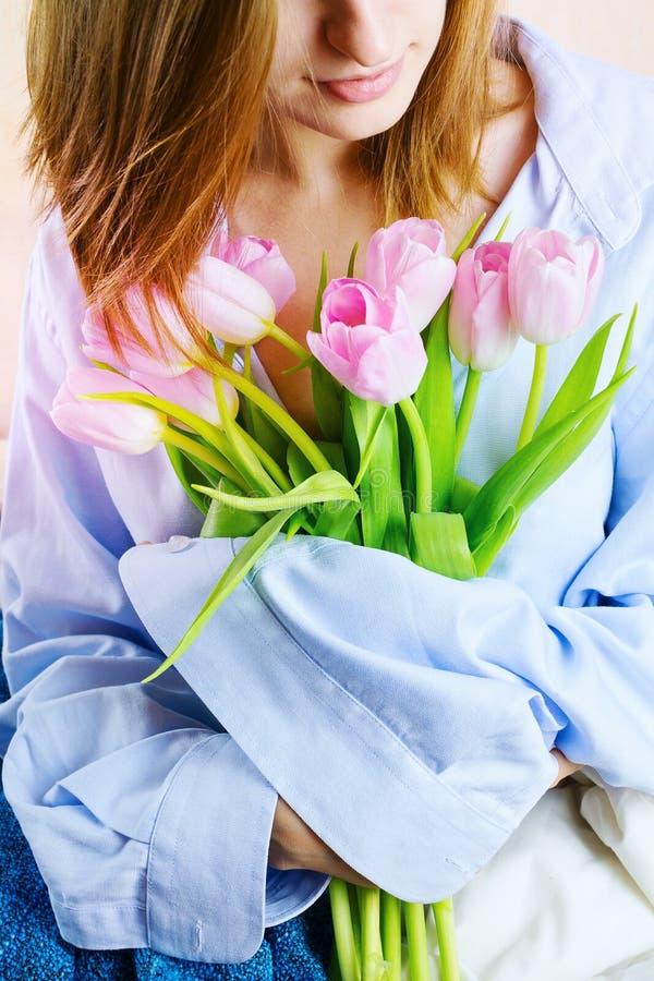 O close up do ` s da mulher entrega guardar o ramalhete de tulipas cor-de-rosa imagens de stock royalty free