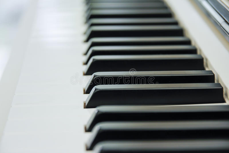 O close-up do teclado de piano centrou-se no Ab com abundância do sp branco foto de stock royalty free
