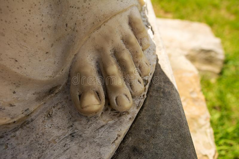 O close-up dos dedos da escultura, a escultura está na pedra fotos de stock royalty free