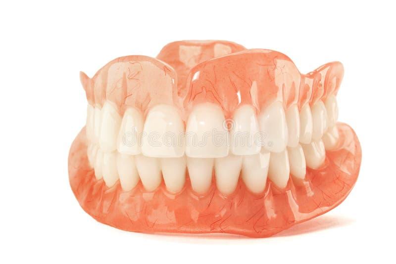 O close-up dos dentes plásticos da dentadura não isola nenhum fundo afeiçoado Ne foto de stock royalty free