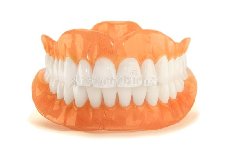 O close-up dos dentes plásticos da dentadura não isola nenhum fundo afeiçoado Ne imagem de stock royalty free